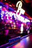 Barra dell'alcool, vetro di cocktail sul contatore della barra, vetro di cocktail in una barra, cocktail bevente nella barra, coc Immagini Stock Libere da Diritti