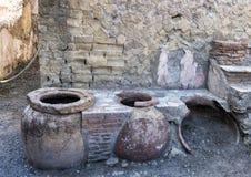 Barra dell'alimento della via con i vasi per tenere alimento caldo nel resti di Ercolano Parco Archeologico di Ercolano fotografia stock libera da diritti