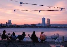 Barra della spiaggia di Barcellona al tramonto immagine stock