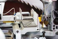 Barra di acciaio per utensili automatica di taglio della lama a nastro da alimentazione automatica Immagine Stock