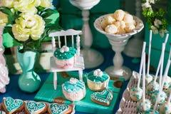 Barra di Candy su cerimonia di nozze con molte caramelle e bevande differenti immagine stock libera da diritti