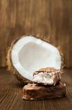 Barra di cioccolato con il materiale da otturazione della noce di cocco Immagini Stock Libere da Diritti