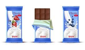 Barra di cioccolato della fragola con il vettore della spruzzata della crema del latte realistico Progettazioni d'imballaggio del illustrazione di stock