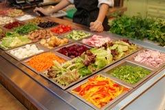 Barra di insalata con i vari ortaggi freschi fotografie stock