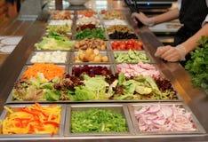 Barra di insalata con i vari ortaggi freschi fotografia stock libera da diritti