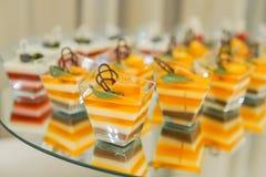 Barra di Kendi sul compleanno del ` s dei bambini agglutini con l'unicorno ed i dolci, ornamenti nei toni pastelli delicati fotografia stock