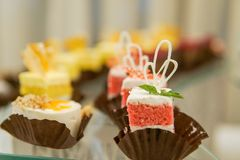 Barra di Kendi sul compleanno del ` s dei bambini agglutini con l'unicorno ed i dolci, ornamenti nei toni pastelli delicati immagini stock libere da diritti