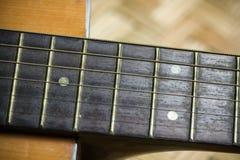 Barra di legno della chitarra acustica Particolare della chitarra classica Fotografia Stock Libera da Diritti