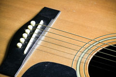 Barra di legno della chitarra acustica Particolare della chitarra classica Immagini Stock Libere da Diritti