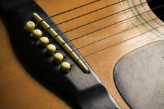 Barra di legno della chitarra acustica Particolare della chitarra classica Fotografie Stock