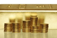 Barra di oro e della moneta Fotografie Stock Libere da Diritti