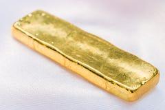 Barra di oro (lingotto dell'oro) Fotografia Stock