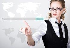 Barra di ricerca sullo schermo virtuale Tecnologie di Internet nell'affare e nella casa donna in vestito ed in legame, stampe a fotografia stock