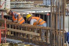 Barra di rinforzo dei legami dei lavoratori Immagine Stock