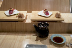 Barra di sushi con il primo piano dei sushi Fotografie Stock Libere da Diritti