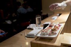 Barra di sushi con il primo piano dei sushi Fotografie Stock