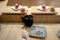 Barra di sushi con il primo piano dei sushi Immagine Stock Libera da Diritti