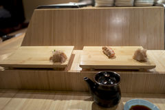 Barra di sushi con il primo piano dei sushi Fotografia Stock