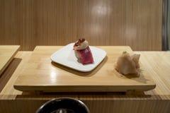 Barra di sushi con il primo piano dei sushi Immagini Stock