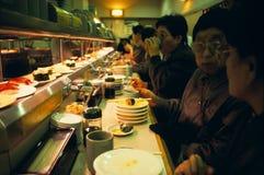 Barra di sushi di giro a Tokyo Fotografie Stock Libere da Diritti
