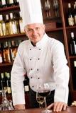 Barra di vino del cuoco del cuoco unico che si leva in piedi ristorante sicuro Fotografie Stock
