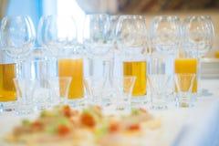 Barra do álcool, vidro de cocktail no contador da barra, vidro de cocktail em uma barra, cocktail bebendo na barra, cocktail no v Imagem de Stock Royalty Free