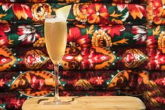 Barra do álcool, vidro de cocktail no contador da barra, vidro de cocktail em uma barra, cocktail bebendo na barra, cocktail no v Fotos de Stock Royalty Free