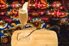 Barra do álcool, vidro de cocktail no contador da barra, vidro de cocktail em uma barra, cocktail bebendo na barra, cocktail no v Imagens de Stock