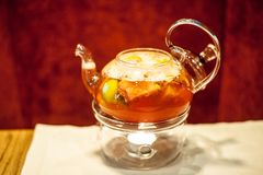 Barra do álcool, vidro de cocktail no contador da barra, vidro de cocktail em uma barra, cocktail bebendo na barra, cocktail no v Imagens de Stock Royalty Free