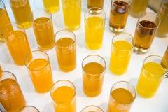 Barra do álcool, vidro de cocktail no contador da barra, vidro de cocktail em uma barra, cocktail bebendo na barra, cocktail no v Imagem de Stock