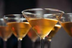 Barra do álcool, vidro de cocktail no contador da barra, vidro de cocktail em uma barra, cocktail bebendo na barra, cocktail no v Fotos de Stock