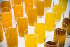 Barra do álcool, vidro de cocktail no contador da barra, vidro de cocktail em uma barra, cocktail bebendo na barra, cocktail no v Fotografia de Stock