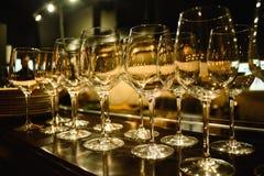 Barra do álcool, vidro de cocktail no contador da barra, vidro de cocktail em uma barra, cocktail bebendo na barra, cocktail no v Foto de Stock Royalty Free
