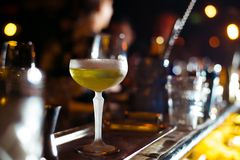 Barra do álcool, vidro de cocktail no contador da barra, vidro de cocktail em uma barra, cocktail bebendo na barra, cocktail no v Fotografia de Stock Royalty Free