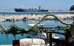 Barra do café com opinião do porto de Poros Foto de Stock
