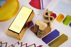 Barra do dinheiro e de ouro em cartas! Foto de Stock Royalty Free