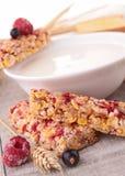 Barra do leite e de granola Imagem de Stock Royalty Free