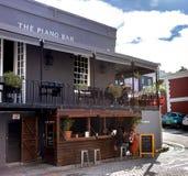 Barra do piano no distrito de De Waterkant, Cape Town fotografia de stock