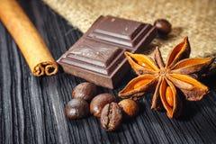 Barra e especiarias de chocolate na tabela de madeira fotografia de stock royalty free