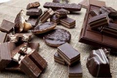 Barra e especiarias quebradas de chocolate na tabela de madeira Fotografia de Stock Royalty Free