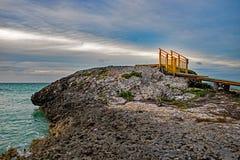 A barra e a grade de Rocky Outcrop At Lenny em cocos de Cayo, Cuba fotografia de stock