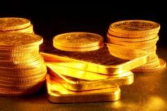 Barra e moedas de ouro Fotografia de Stock Royalty Free