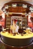 Barra e sala de estar do cocktail de Airbus A380 dos emirados em voo Foto de Stock
