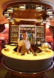 Barra e sala de estar do cocktail de Airbus A380 dos emirados em voo Imagem de Stock Royalty Free