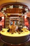 Barra e sala de estar do cocktail de Airbus A380 dos emirados em voo Fotografia de Stock Royalty Free
