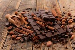 Barra e spezie di cioccolato immagine stock