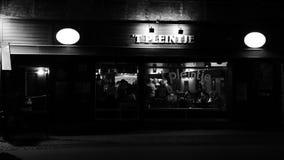 Barra en la noche foto de archivo libre de regalías