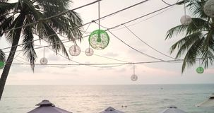 Barra en la playa Café por el mar Café que pasa por alto el océano Camas de Sun por el mar almacen de metraje de vídeo