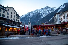 Barra exterior na cidade de Chamonix em cumes franceses Fotos de Stock Royalty Free