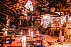 Barra local da praia na noite em Koh Lanta, Krabi, Tailândia Foto de Stock